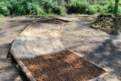 Soumarské Bosiště - různé povrchy - šišky, písek, piliny,...