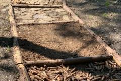 Soumarské Bosiště - různé povrchy - -šišky, jehličí, kameny,...