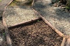 Soumarské Bosiště - různé povrchy - šišky, štěrk, mech,...